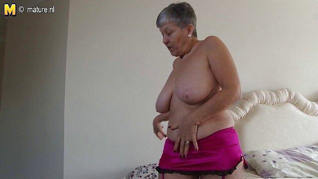 Une belle adolescente avec un corps magnifique rend un homme plus video sexe voiture âgé nerveux