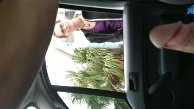 Une latina aux cheveux noirs gicle alors qu'une petite lesbienne blonde video sexe dans une voiture lèche