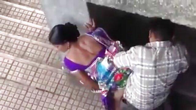 Des jumelles lesbiennes maigres branlette dans une voiture jouent jusqu'à l'orgasme dans un sauna public