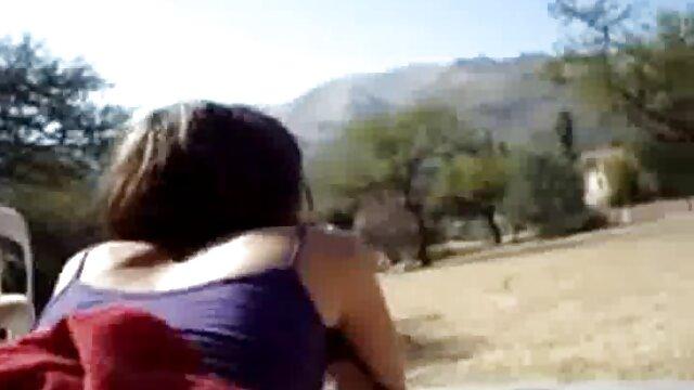 La milf gothique branlette dans une voiture Joanna Angel partage une bite avec l'adolescente Kenzie Reeves