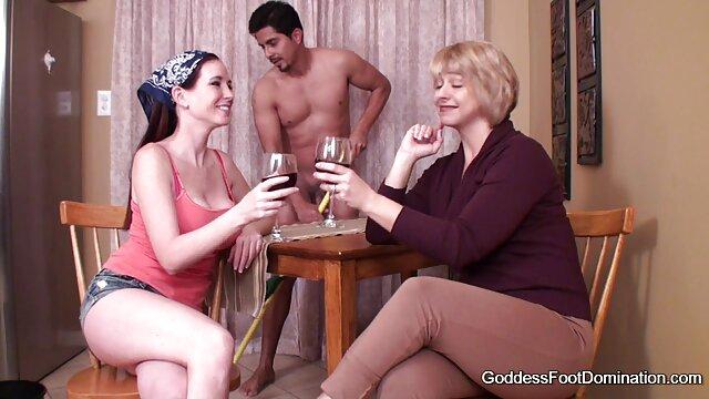 Un strip-teaseur baise une petite sexe dans la voitur fille trop fort! orgasme le plus intense